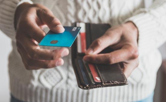 """COVID-19 khiến người dùng Mỹ """"chùn tay"""" quẹt thẻ"""