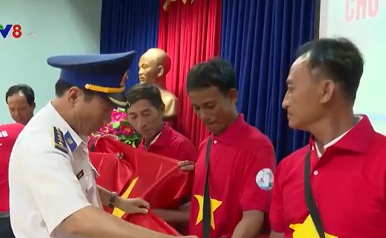Cảnh sát biển tặng quà ngư dân Cù Lao Chàm