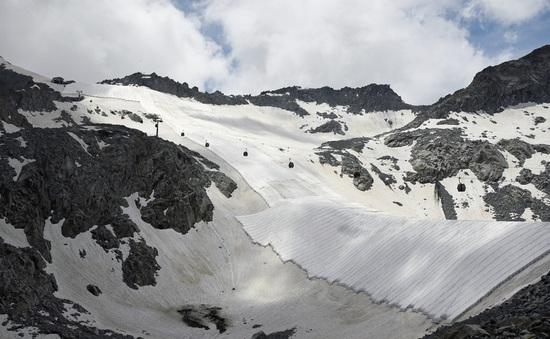 """Italy """"bọc"""" sông băng bằng vải để ngăn tan chảy"""