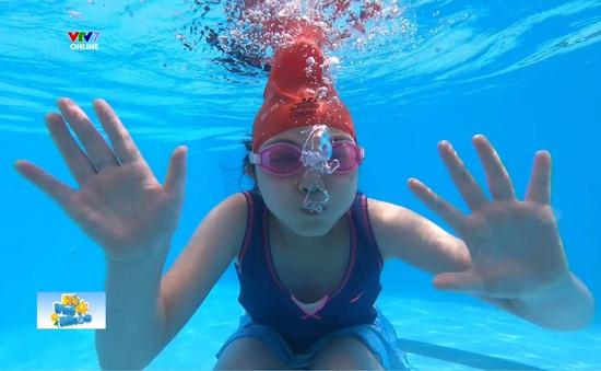 Hè vui khỏe: Những cách khắc phục nỗi sợ nước mà ai cũng cần!
