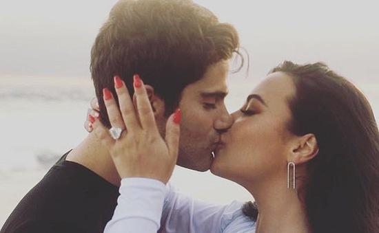 Demi Lovato khoe nhẫn đính hôn to khủng bố, thông báo kết hôn