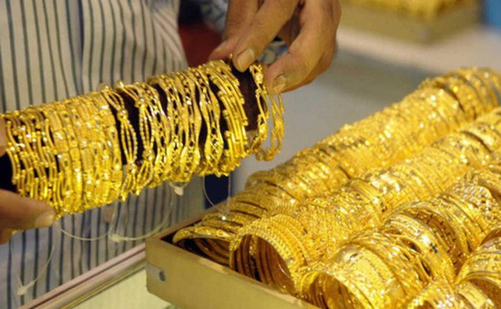 Giá vàng vượt mốc 56 triệu đồng/lượng, thị trường tấp nập kẻ bán người mua