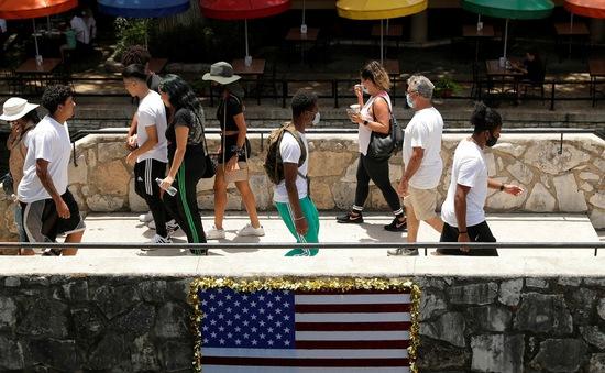 """Tránh COVID-19, người Mỹ rời phố về """"quê"""""""
