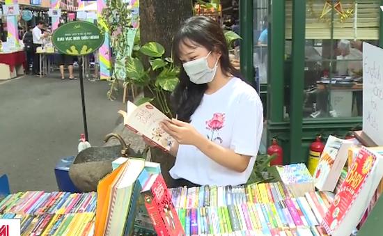 """Người dân TP.HCM và Hà Nội """"kích hoạt"""" lại các biện pháp phòng chống dịch"""