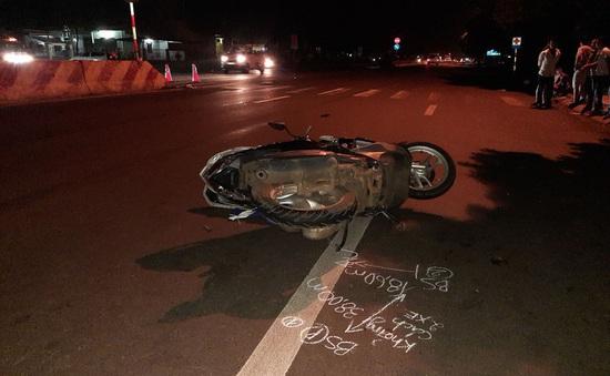 Đứng chờ sang đường, hai mẹ con bị ô tô đâm tử vong