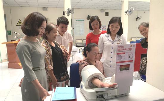 Tư vấn, đo huyết áp miễn phí cho người dân tại Lào Cai