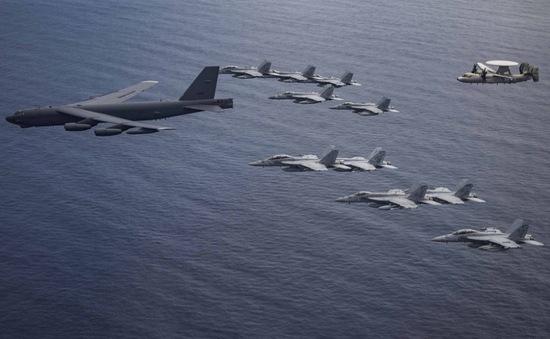 Điều B-52 tập trận cùng tàu sân bay ở Biển Đông, Mỹ định 'thay lời muốn nói'?
