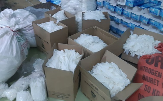 Hàng chục tấn găng tay đã qua sử dụng được tái chế để... bán ra thị trường
