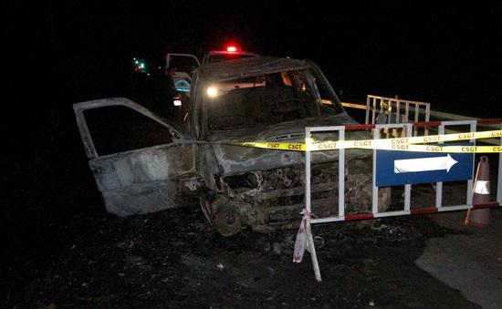 Ô tô 7 chỗ bất ngờ phát nổ, bốc cháy dữ dội khi đang lưu thông