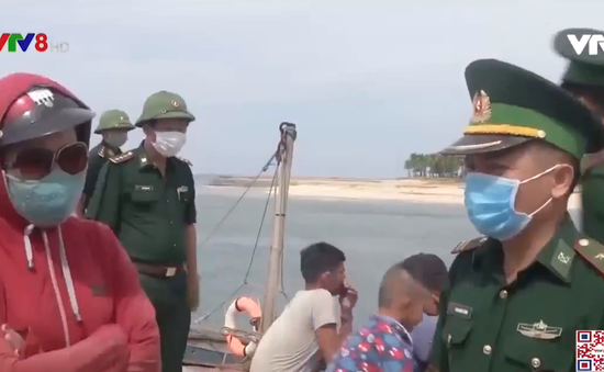 Quảng Bình cứu sống 8 ngư dân bị chìm tàu