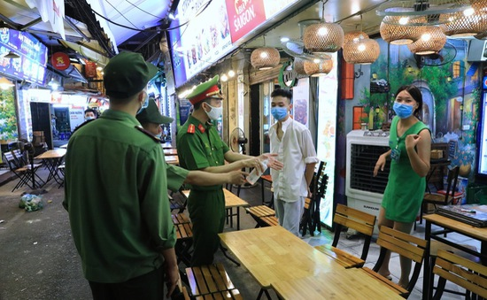 Hà Nội yêu cầu tạm đóng cửa quán ăn chưa đảm bảo đủ giãn cách