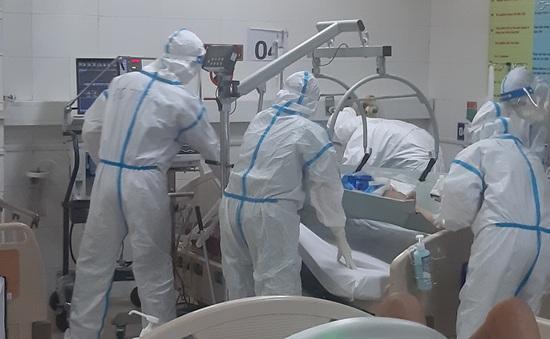 """Hỗ trợ 1 tháng lương cơ bản cho cán bộ nhân viên y tế """"chi viện"""" tâm dịch miền Trung"""