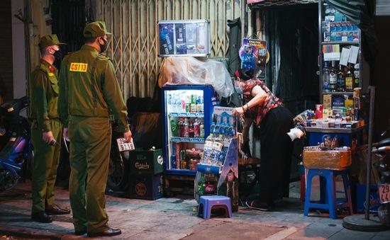 Công an quận Hoàn Kiếm tiến hành kiểm tra, nhắc nhở các quán ăn đêm