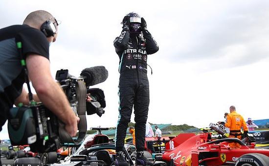 Đua xe F1: Nổ lốp ở vòng đua cuối, Lewis Hamilton vẫn về nhất tại Silverstone