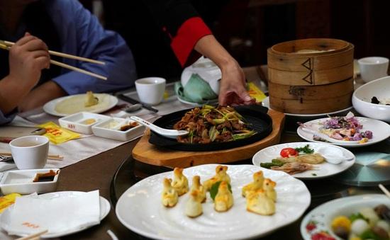 Nhà hàng Trung Quốc dùng nhiều tuyệt chiêu để chống lãng phí thực phẩm