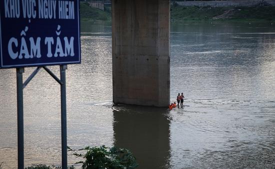 Đang trong mùa lũ, người dân Hòa Bình vẫn đua nhau tắm sông Đà