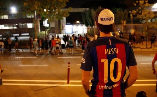 CĐV Barca ủng hộ Messi, yêu cầu chủ tịch Bartomeu từ chức