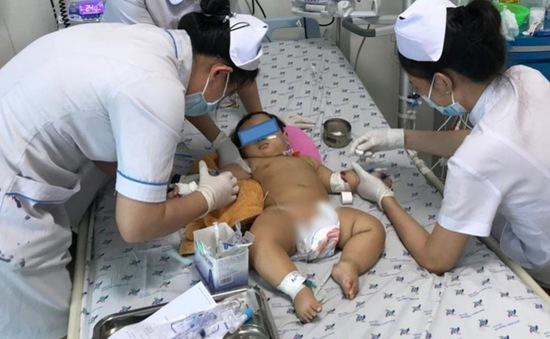 Cầm dây điện ở bàn thờ ông địa, bé 9 tháng bị điện giật nguy kịch