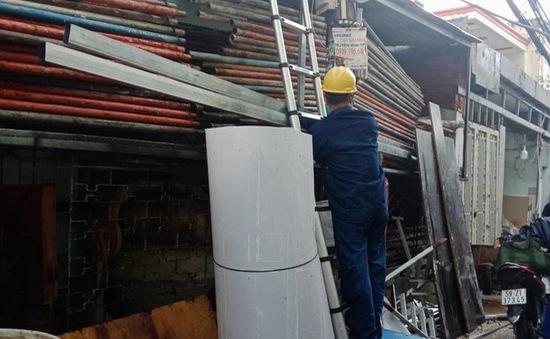 Một thợ hồ bị điện giật chết khi thi công tường rào
