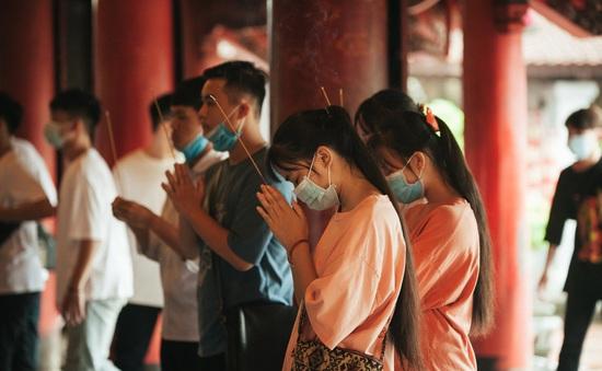 Sĩ tử kéo đến Văn Miếu cầu may trước kỳ thi tốt nghiệp THPT 2020