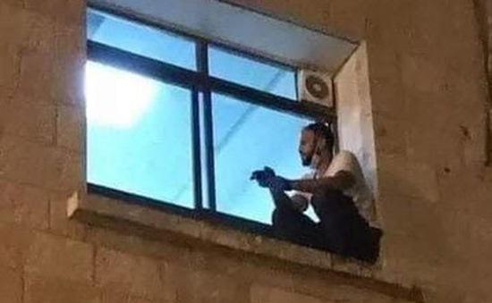 Cảm động: Chàng trai ngồi bên cửa sổ bệnh viện để nói lời từ biệt với người mẹ qua đời vì COVID-19