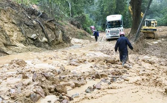 Mưa lũ gây ách tắc đường lên cửa khẩu Tây Trang