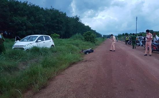 Ô tô đâm xe máy khiến ba cha con thương vong