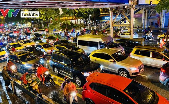 """Người dân Hà Nội """"chôn chân"""" dưới mưa vì tắc đường"""