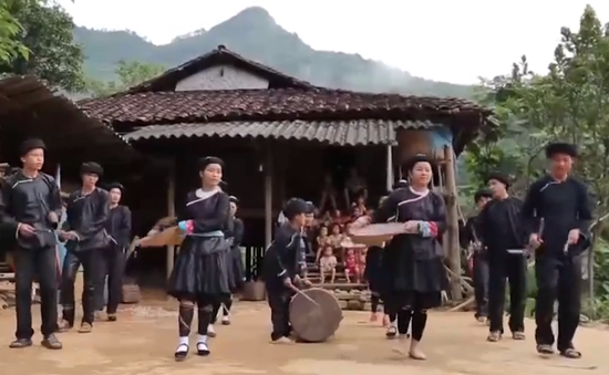 Hòa mình vào cuộc sống đồng bào dân tộc Giáy tại Tát Ngà