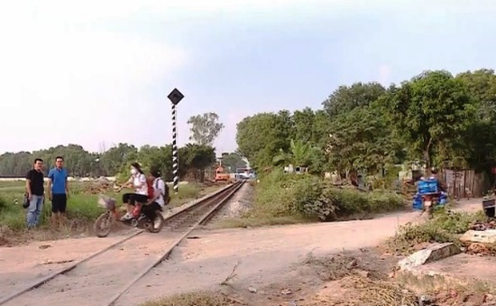 Vụ tàu hỏa đâm xe chở học sinh: Vì sao không có barrier và đèn tín hiệu?