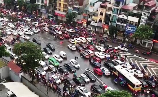 Nhiều tuyến đường ở Hà Nội tê liệt ngày đầu học sinh đi học trở lại