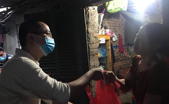 Hỗ trợ người lao động ngụ cư trên địa bàn chợ Long Biên mùa COVID-19