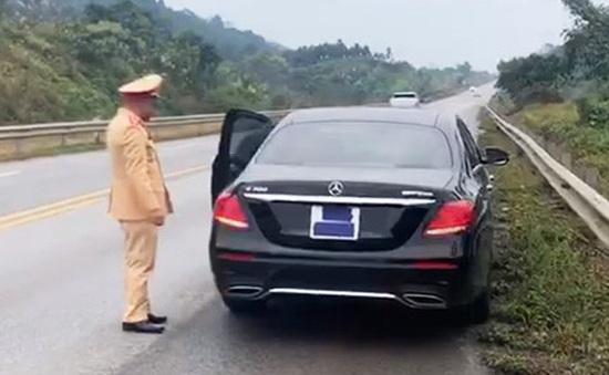 Tài xế xe Mercedes bị xử phạt vì dán băng dính che biển số
