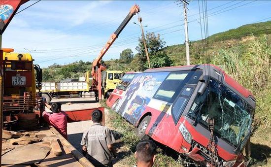 Xe khách giường nằm lật trên cao tốc, nhiều hành khách thoát nạn