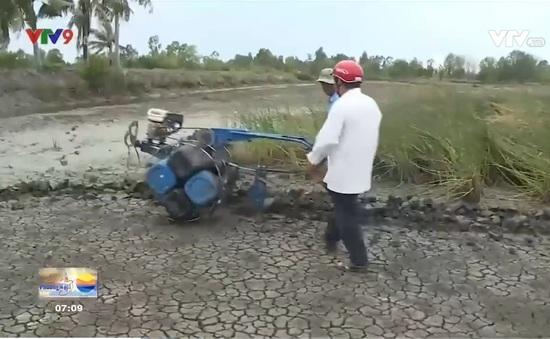 Nông dân Cà Mau và chiếc máy cày phao nổi