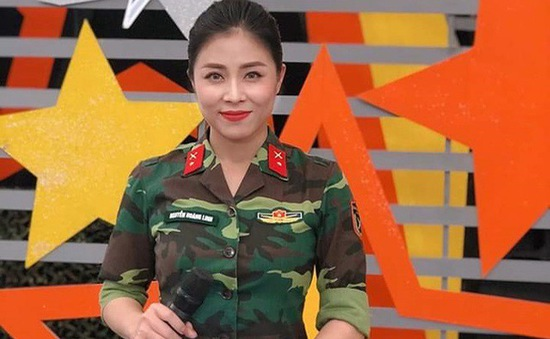 """MC Hoàng Linh """"rưng rưng"""" chia sẻ về cuộc tình 15 năm"""