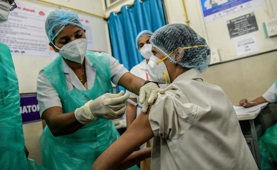 Ấn Độ: Chiến dịch tiêm chủng vừa khởi động, hơn 400 người gặp sự cố
