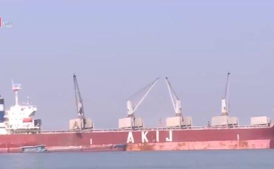 Tháo gỡ ùn tắc tàu viễn dương tại cảng Cẩm Phả