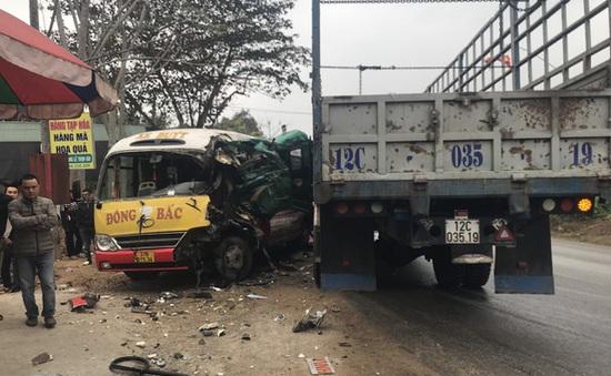 Xe tải đấu đầu xe bus, nhiều hành khách bị thương