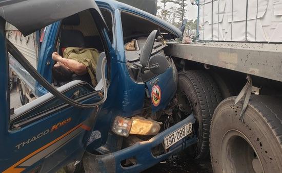 Hà Nội: Container va chạm đầu xe tải, đường trục đi Mê Linh ùn tắc hàng km