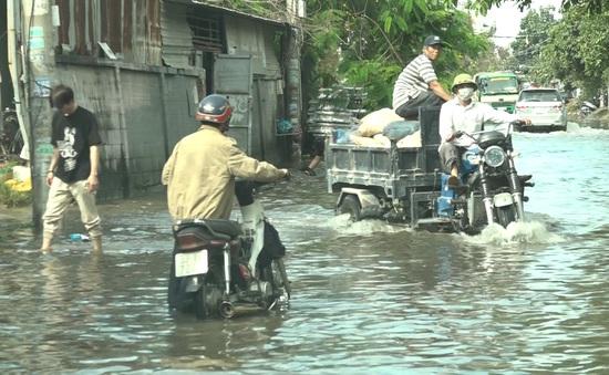 Trời không mưa, đường ở Thủ Đức vẫn ngập cả mét