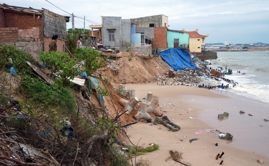 Triều cường gây sạt lở nhiều khu dân cư ven biển