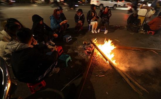 Người dân Hà Nội đốt lửa sưởi ấm trên phố giữa cái lạnh tê tái