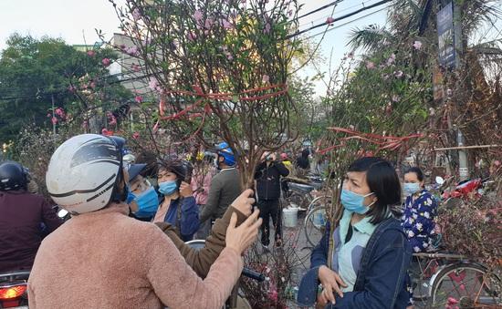 Người dân Hà Nội hối hả mang hoa về nhà trong ngày cuối của năm Âm lịch