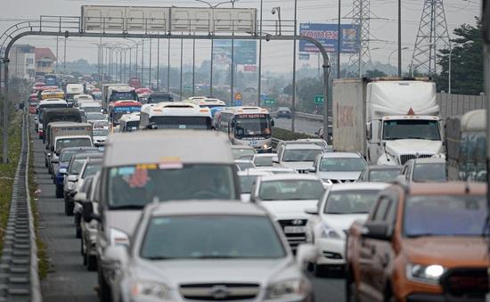 Người dân đổ về Hà Nội, cao tốc Pháp Vân - Cầu Giẽ ùn ứ kéo dài