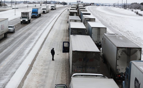 """Bão tuyết """"chặn đường"""" kế hoạch phân phối vaccine của Mỹ"""
