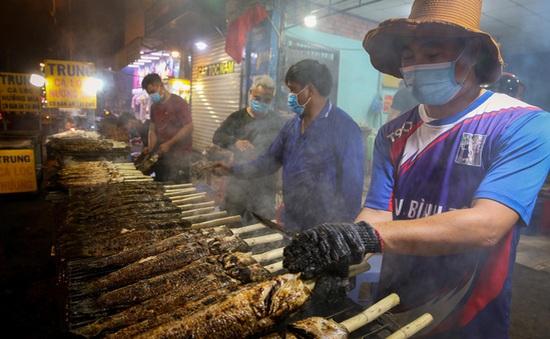 Nướng cá lóc xuyên đêm phục vụ ngày Vía Thần Tài tại TP Hồ Chí Minh