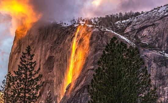 """Chiêm ngưỡng """"thác lửa"""" độc đáo duy nhất trong năm ở Mỹ"""