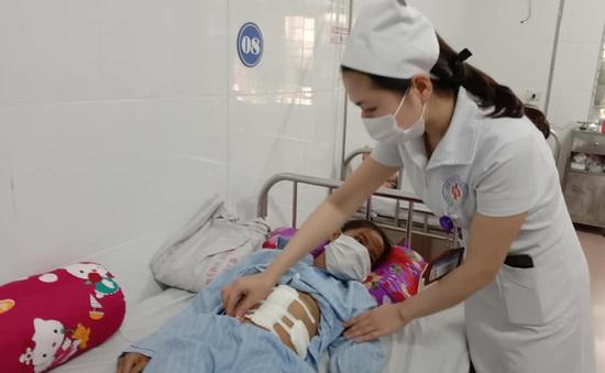 Bé gái vỡ lách, đa chấn thương sau khi bị xe tông ngã đập mặt, bụng xuống đường