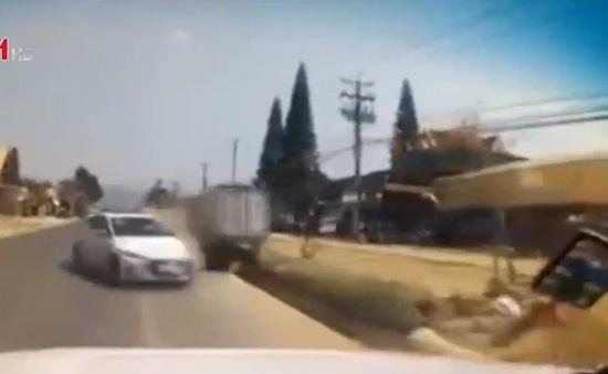 Mất kiểm soát gây tai nạn trên đường